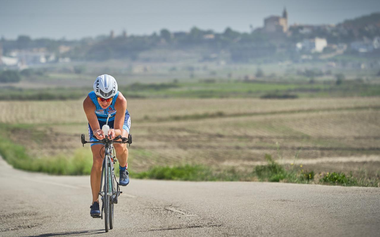 Marion Tuin, hier in actie tijdens de triatlon op Mallorca: 180 kilometer fietsen op dit Spaanse eiland.