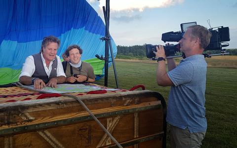 Ballonvaarder Ike Visser uit Frederiksoord en cabaretier Jochem Myjer in de mand tijdens de opnamen voor het nieuwe tv-programma Jochem in de Wolken.