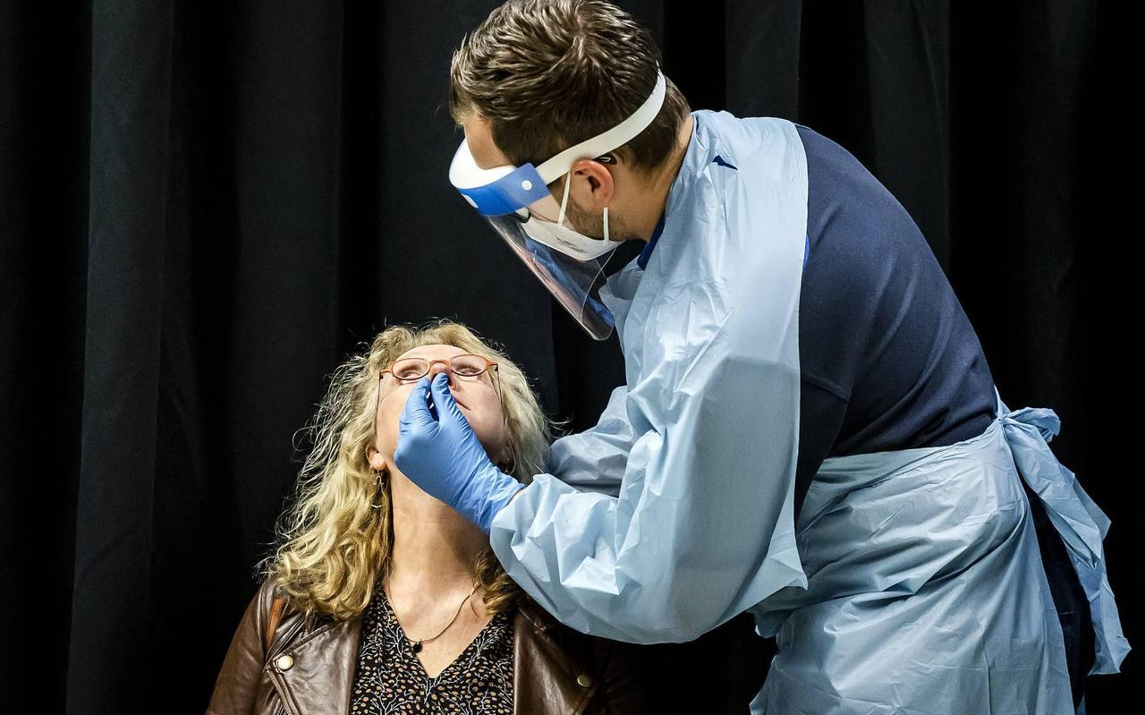 Een vrouw ondergaat een coronatest.