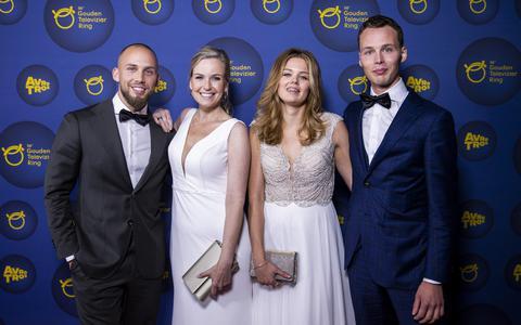Jessica Villerius (2e van links), geflankeerd door de Ruinerwold-kinderen Edino, Mar Jan en Israël, op de rode loper voor aanvang van het Gouden Televizier-Ring Gala 2021 in Carre.
