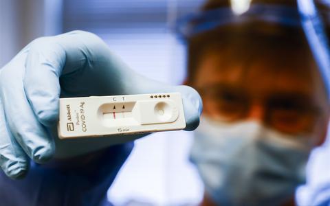 Een positief testresultaat op een sneltest (twee streepjes) in een coronateststraat van de GGD.