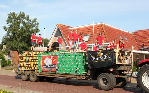 De jongerenploeg van keet Het Zwaantje levert 1200 lege bierkratten in.