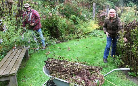 Floris en Elly van den Oever snoeien hun Oevertuin.