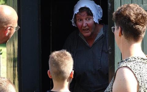 De acteurs die vanuit het kolonistenhuisje aan de Hooiweg in Frederiksoord bezoekers meenemen in de geschiedenis van de Koloniën van Weldadigheid, zitter er straks ook in de wintermaanden warmpjes bij.