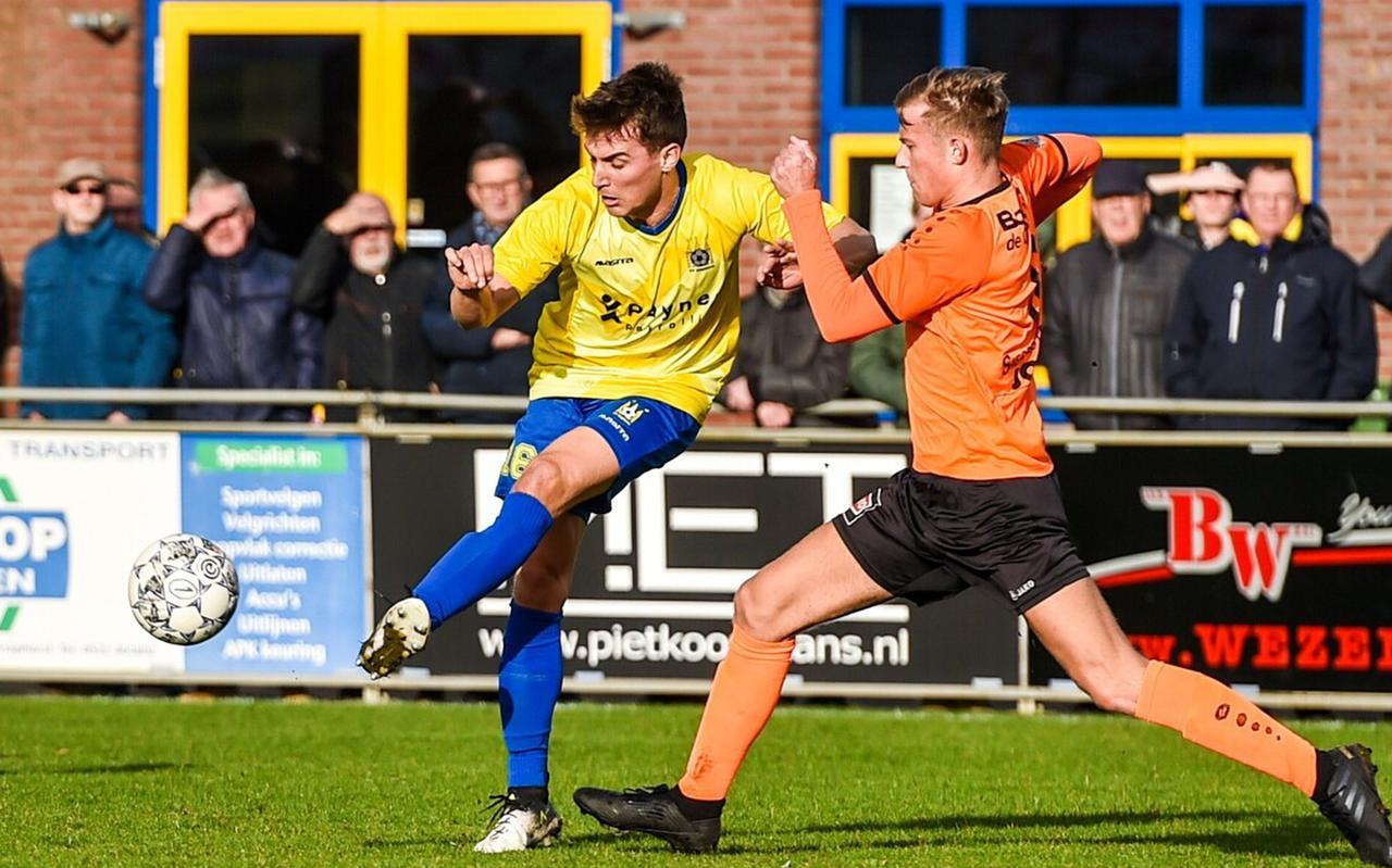 Erik Bakker, hier namens Staphorst in actie tegen RKAV Volendam. Een zekerheid op het middenveld, en af en toe uitblinkend.