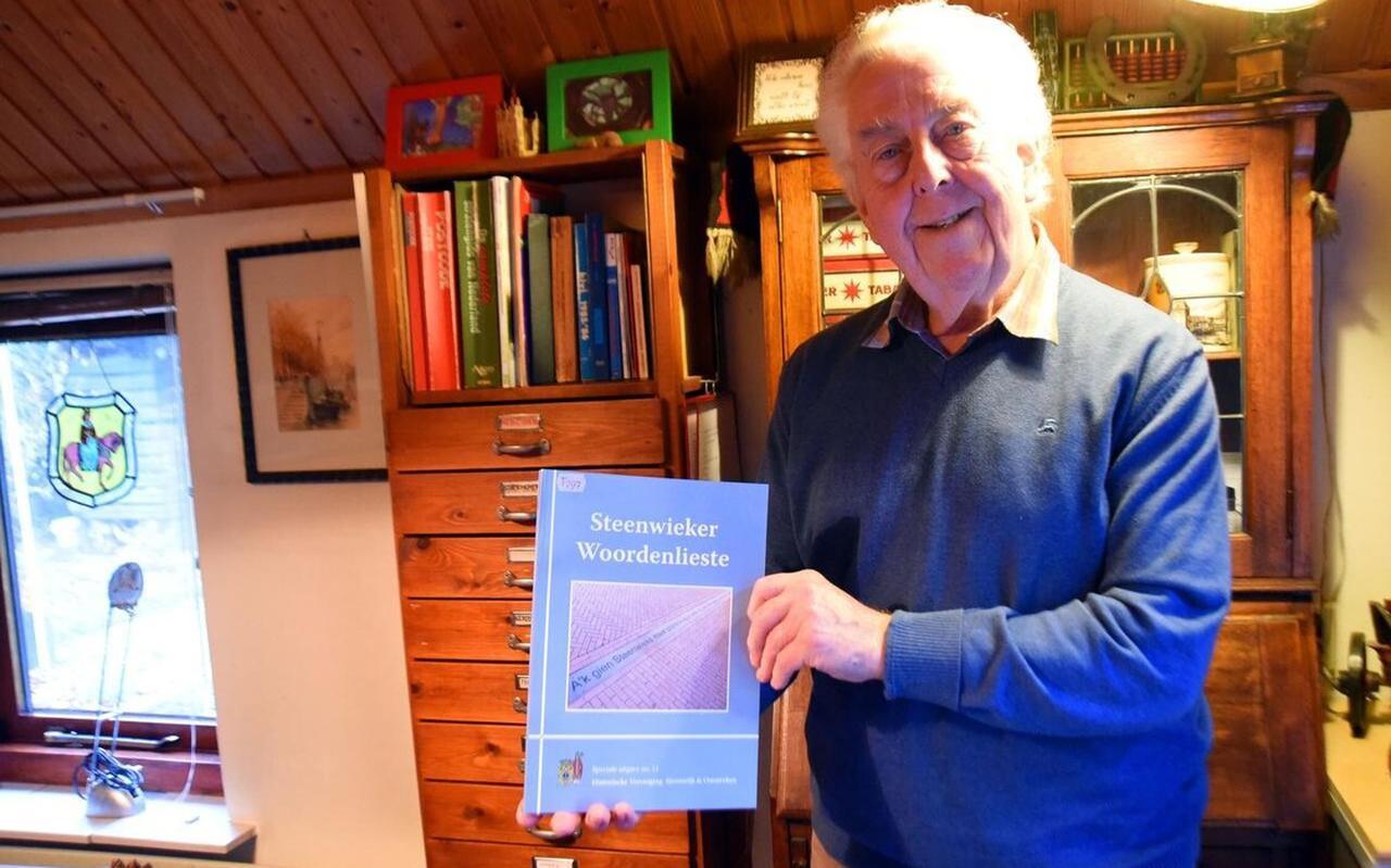 Joop van der Tuin met de Steenwieker Woordenlieste, waarin 3.000 woorden staan.