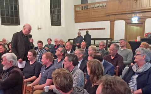 Een drukte van belang in het Koloniekerkje in Wilhelminaoord tijdens de eerste  'College Tour'.