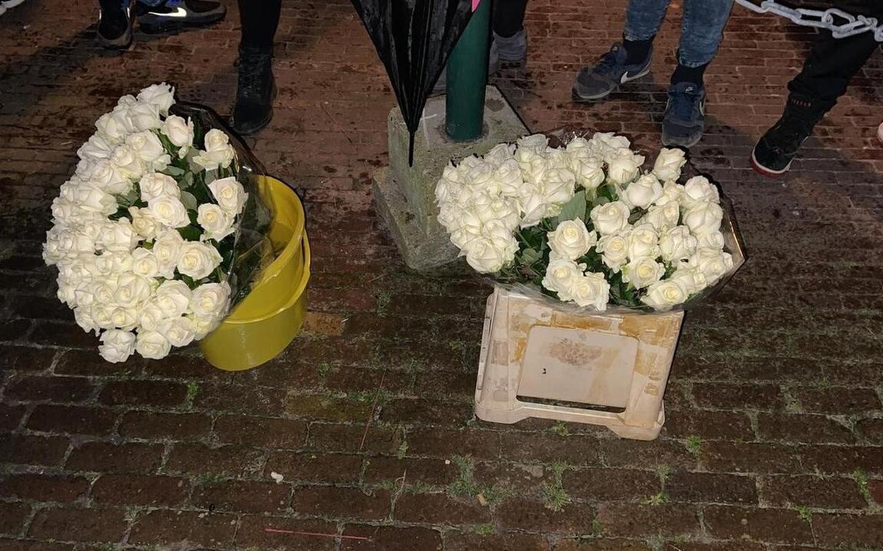 In de haven werden onder andere bloemen gelegd.