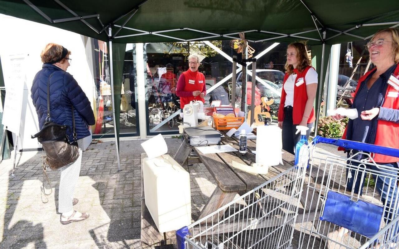 Sabine Lange, Nienke Mastenbroek, en Eibellien de Groot buiten bij de kraam tijdens een intake vorig jaar.