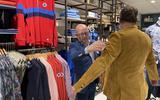 'Zo'n fijn gevoel om weer écht in de winkel te staan, mensen te adviseren en met je vak bezig te zijn', zegt een blije Jan de Vries.