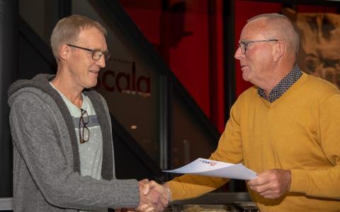 Jan Bertus Piest in zonnetje gezet door de leden en bestuur van Muziekvereniging T.O.P. Onna.