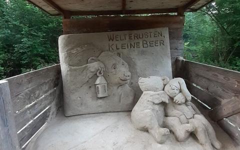 Een van de zandsculpturen langs de herfstpuzzeltocht in het Kuinderbos.