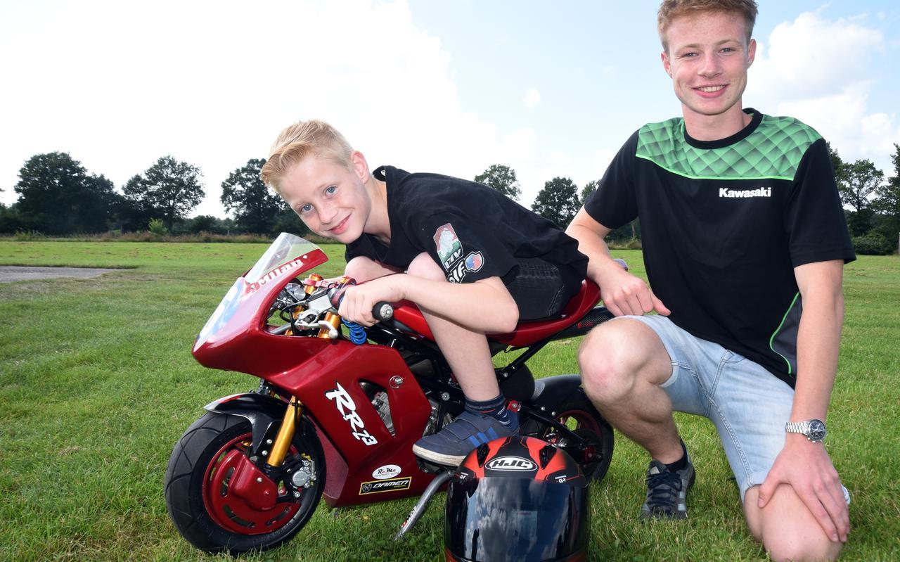 Milan Hunneman op zijn mini bike samen met leermeester Jeffrey Buis.
