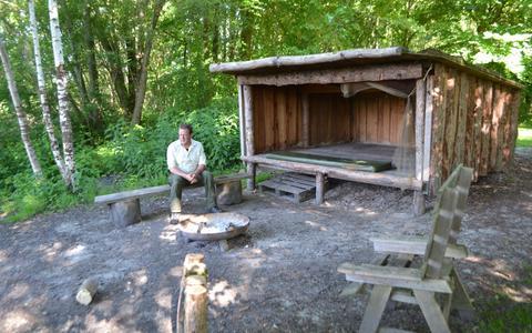 Boswachter Alexander Jacobs bij de Zweedse hut die uitkijkt over de plas in het Kuinderbos.