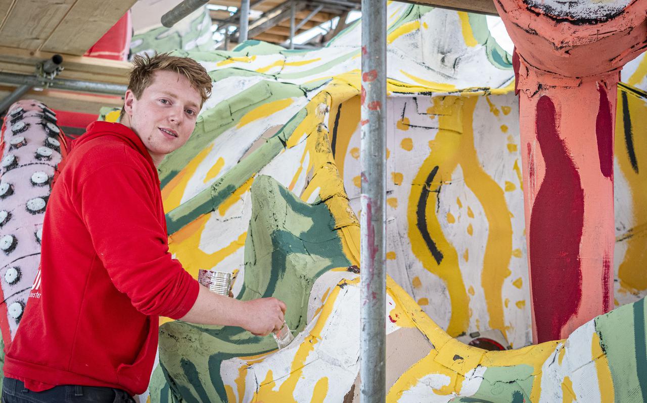 Corsogroep Fun Fun is aan het opbouwen in de tent. Jeffrey Rook schildert een en ander bij.