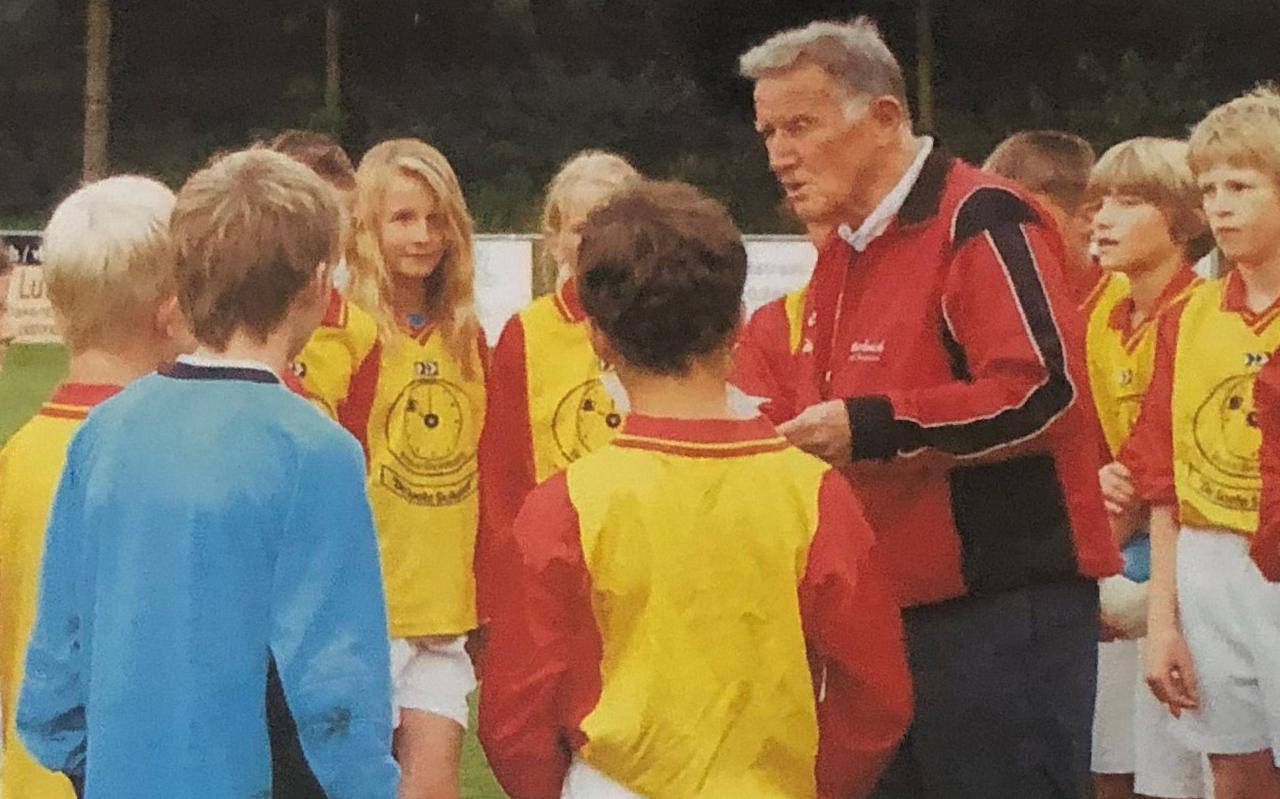 Bert van der Pan  stopte op 92-jarige leeftijd als trainer. Hier op de foto met een jeugdteam uit Ermelo.