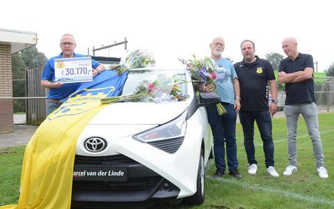 Cees Bos (met bloemen) wint de Toyota Aygo.