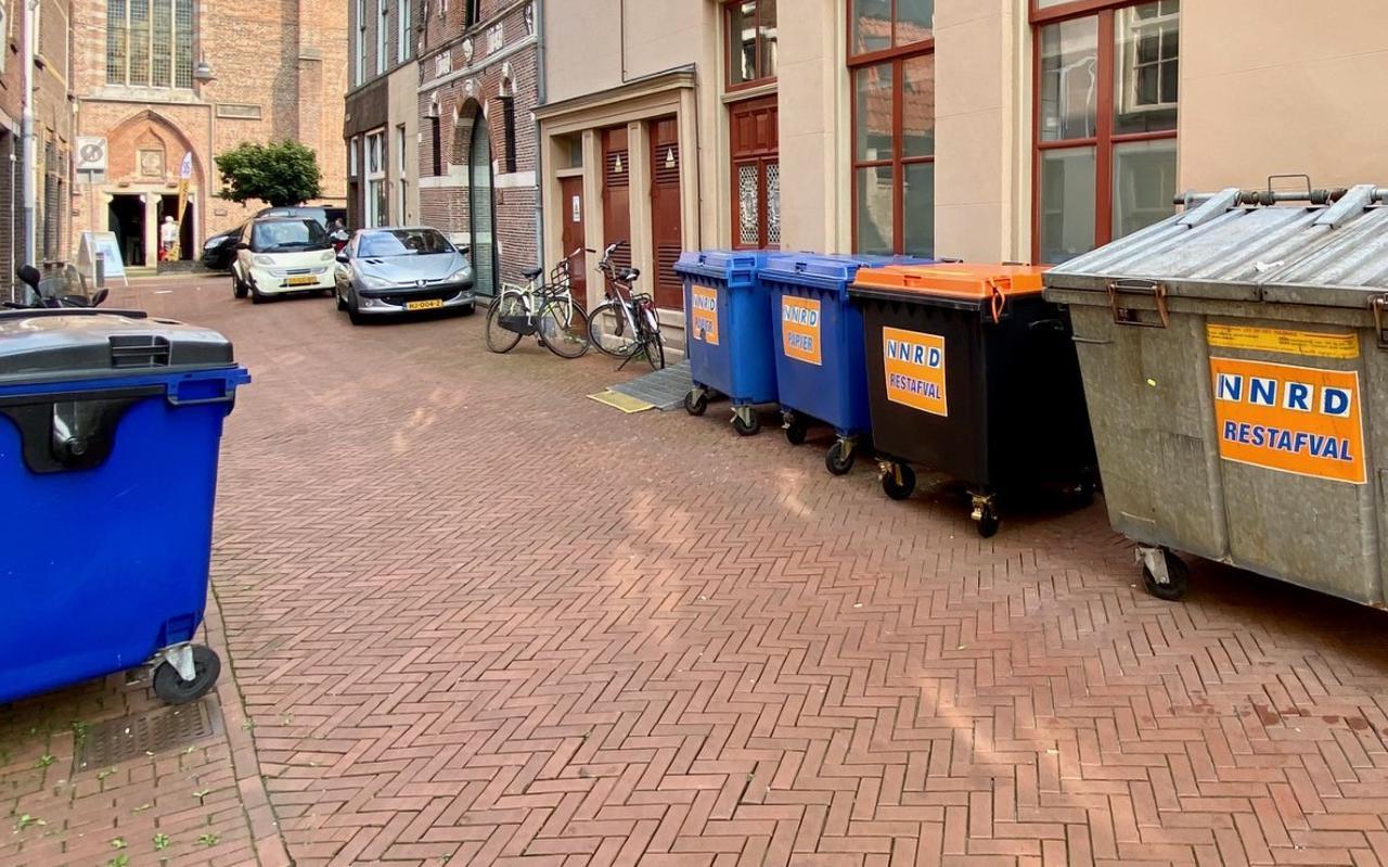 Containers in de Waagstraat. Hier komt een proef met een ondergrondse container.