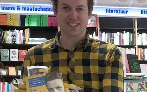 Historicus Martin van der Linde met het boek over de bijzondere levensgeschiedenis van Gerrit Pit.