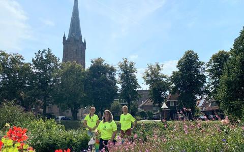 Gerda van Groeningen, Bianca Smit en Paula Bierma van de werkgroep Wereld Alzheimer Dag (WAD) Steenwijkerland, met op de achtergrond de Steenwieker Toorn.