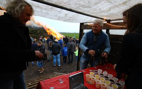 Een foto van het paasvuur bij Steenwijkerwold in 2017. Henk Froklage en Gert Broer nemen een drankje.