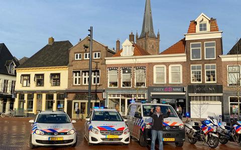 """Geert Kremer staat klaar voor een surveillance met de politiewagen. """"Eerlijk gezegd vond ik met de scooter door Steenwijk rijden leuker."""""""