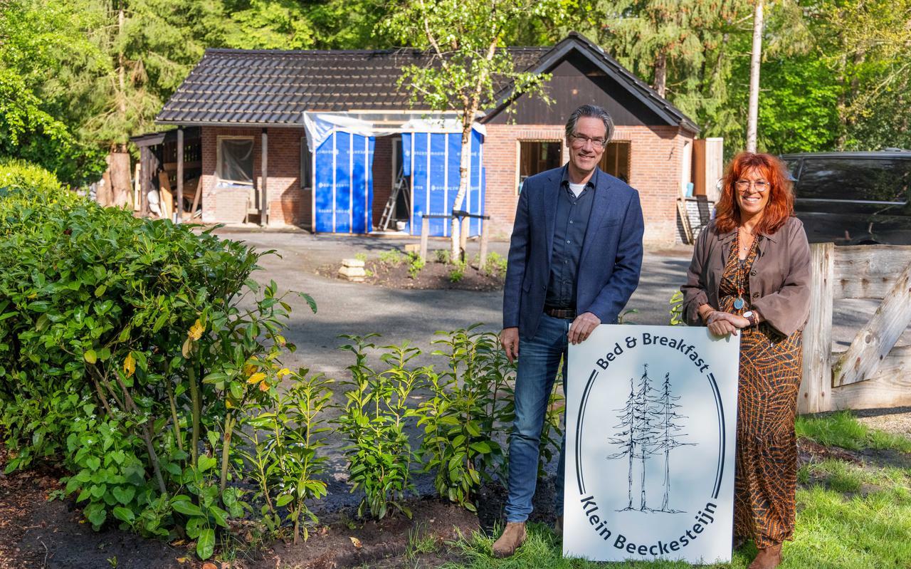 Rob en Jeannette Steijn bij hun B&B Klein Beeckesteijn.
