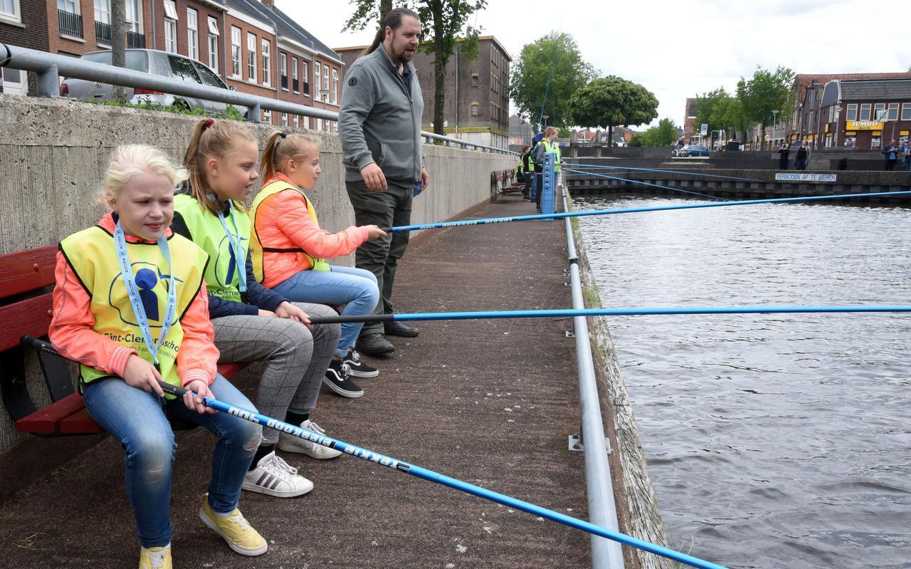 Jeugd zoekt regelmatig een visstekkie, zoals hier aan het Steenwijkerdiep.