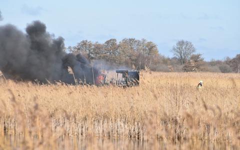 Het voertuig stond midden in het veld volledig in brand.