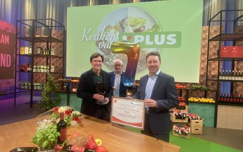 Joop Holla overhandigt de prijs aan directeuren Duncan Hoy en Eric Leebeek.