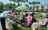 De vaste bezoekers van Buurtkamer Symfonie zijn 65-plussers uit de wijk Clingenborgh en omliggende wijken.