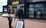 Janneke en Wout de Vries hebben de komende weken actie met raamdecoraties.