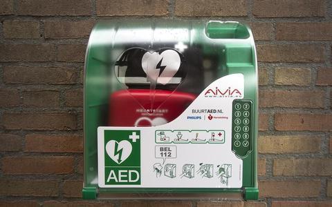 De defibrillators kunnen door zo?n 50 gediplomeerde vrijwilligers gebruikt worden bij mensen die plotseling een hartstilstand krijgen.