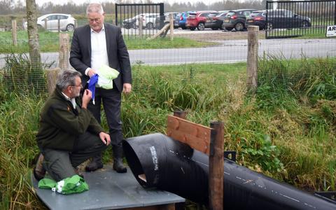Boswachter Egbert Beens en wethouder Marcel Scheringa bij de opening van de nieuwe otterpassage aan de Lageweg.