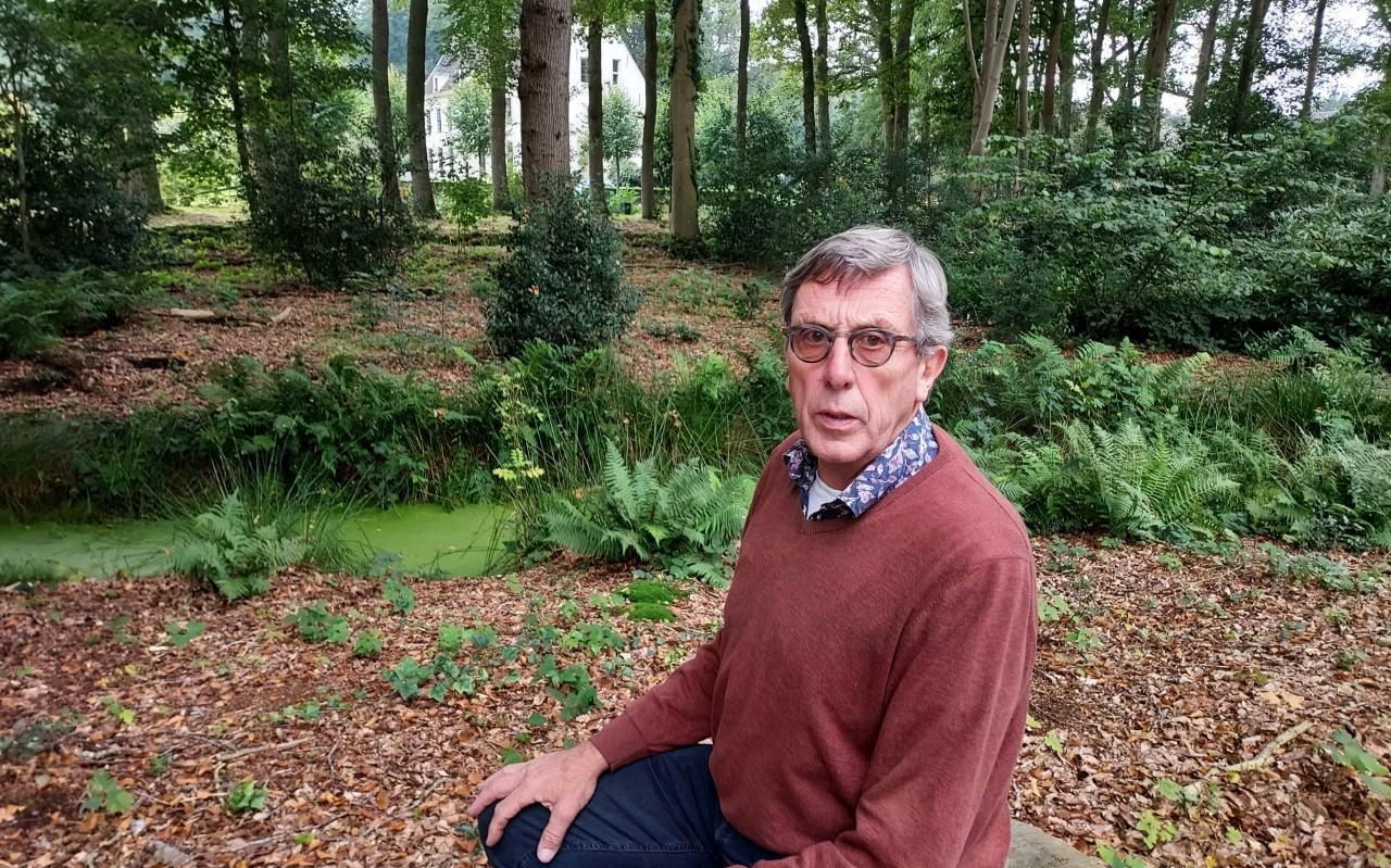 Aart Jan Troost, zittend op een boomstam in het Engelsch Boschje: 'Het is nog een hele uitdaging om het landgoed in stand te houden.'