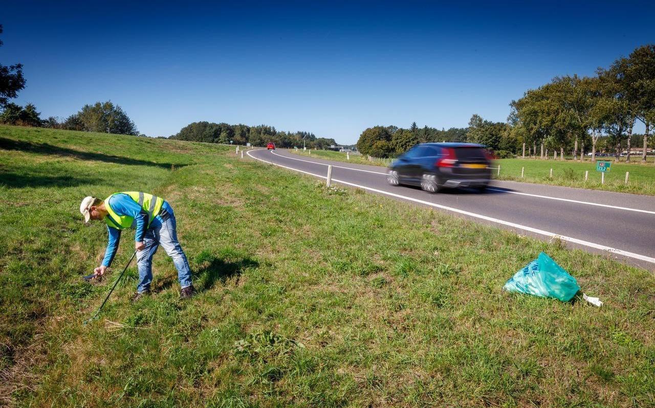 Pieter Jan Hummelen tijdens een eerdere eenmansactie: Hij raapte langs de oprit van de snelweg Steenwijk richting Wolvega afval op. Twee opritten en één afrit leverde 3 volle afvalzakken op.