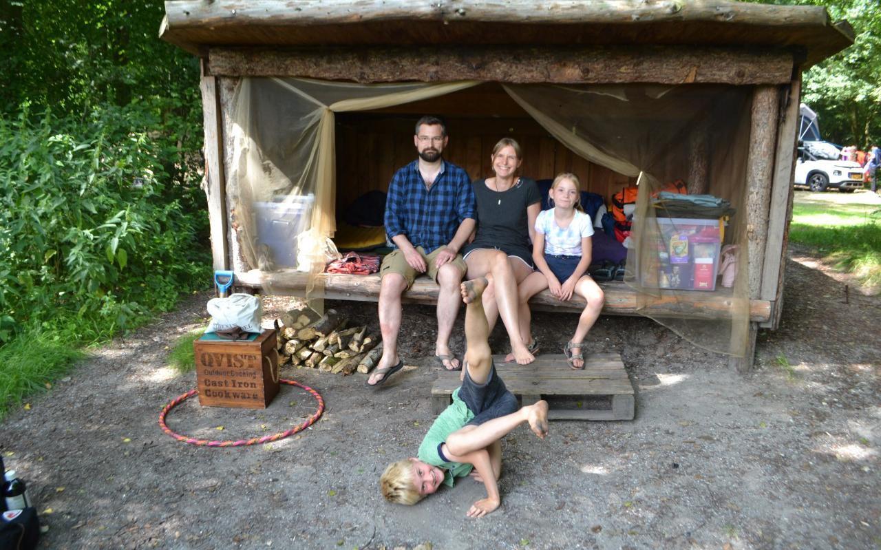 Wiebren en Hinke met de tweeling Fedde en Ise bij de Zweedse hut.