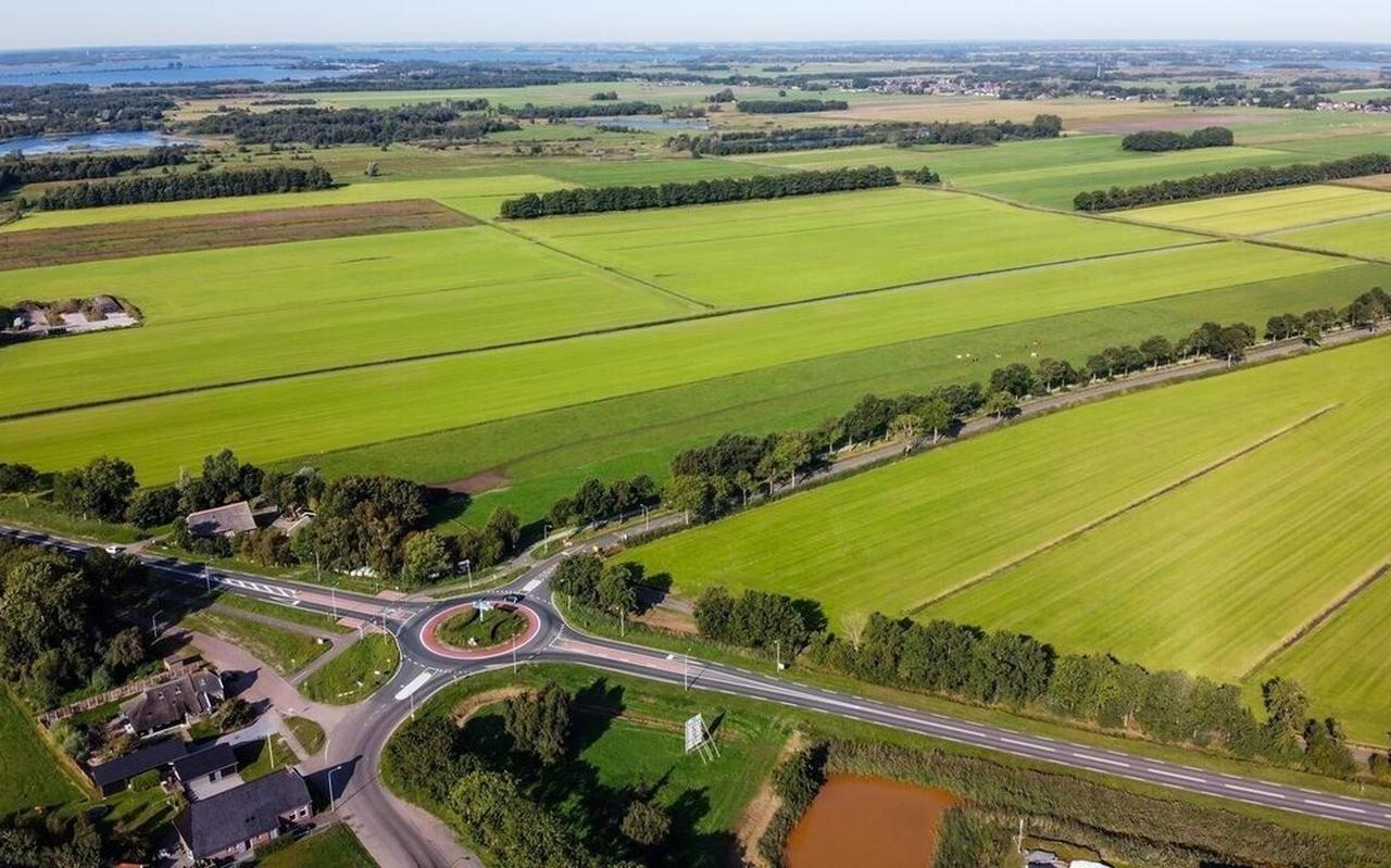 De beoogde locatie van het zonnepark aan de Zomerdijk, hoek Nieuwendijk, grenst aan de gemeente Meppel.