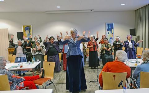 Het Koopmansvrouwenkoor uit Blokzijl onder leiding van Lucie de Lange trad op voor de Zonnebloem afdeling Steenwijk.