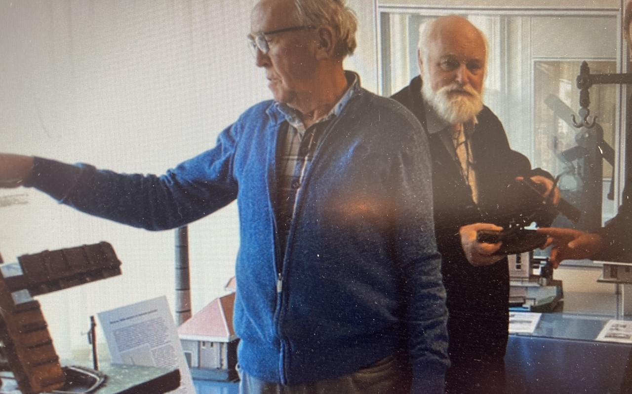 Voorzitter Imke Weemstra en secretaris Herman Snelder van de Historische Vereniging IJsselham.