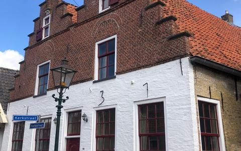Het trapgeveltjeshuis is centraal gelegen, midden in het dorp aan de Hoofdstraat, ter hoogte van twee andere rijksmonumenten (beide kerken).