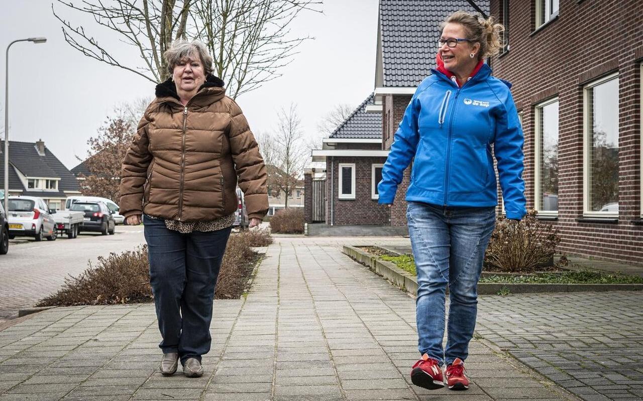 Buurtwerker sport Sandra Lampe (rechts) met Marion Beljaards (67) uit Sint Jansklooster, die COPD heeft en Wandeluitdaging aanging die Sociaal Werk De Kop op poten zet.