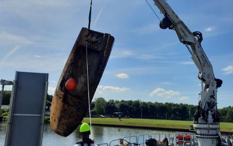 Het wrak, een polyboot, werd van de bodem gevist.