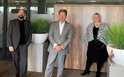 Burgemeester Rob Bast met Ronald Bakker en Jolanda Terlien, respectievelijk voorzitter en vice-voorzitter van Stichting Regenboog Steenwijkerland.