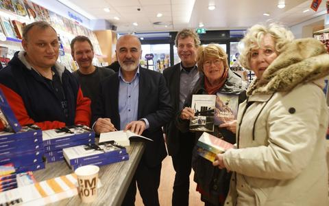 Hamit signeerde vorig jaar tijdens de Boekenweek nog in de winkel van Primera Steenwijks Boekhuys.
