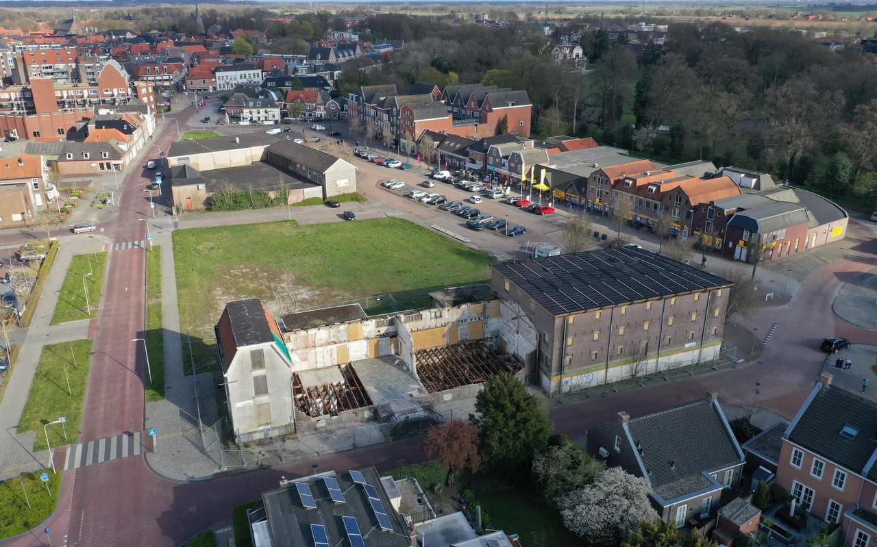 Het half gesloopte pand van de voormalige Landbouwbank en het voormalige Welkooppand.