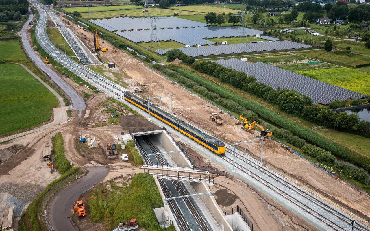 De trein van Zwolle richting Meppel bij Herfte.